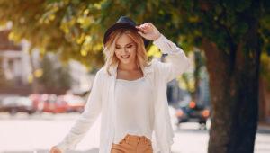oameni-fericiti-se-imbraca-modest