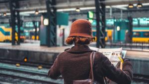 oamenii-statie-tren-intimplare
